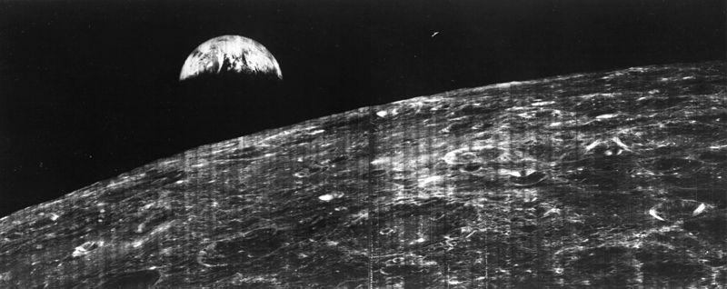 """نخستین عکس زمین در افق ماه. این عکس در ۲۳ اوت ۱۹۶۶ توسط فضاپیمای """"مدارگرد ماه ۱"""" گرفته شد"""