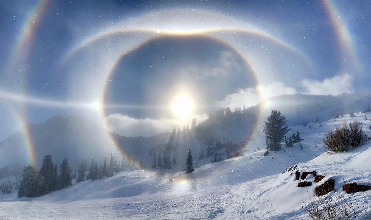 هالههای خورشید در یک صبح برفی کوهستانی