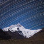 چشمانداز بلندترین کوه زمین با ردی از ستارگان در پسزمینه