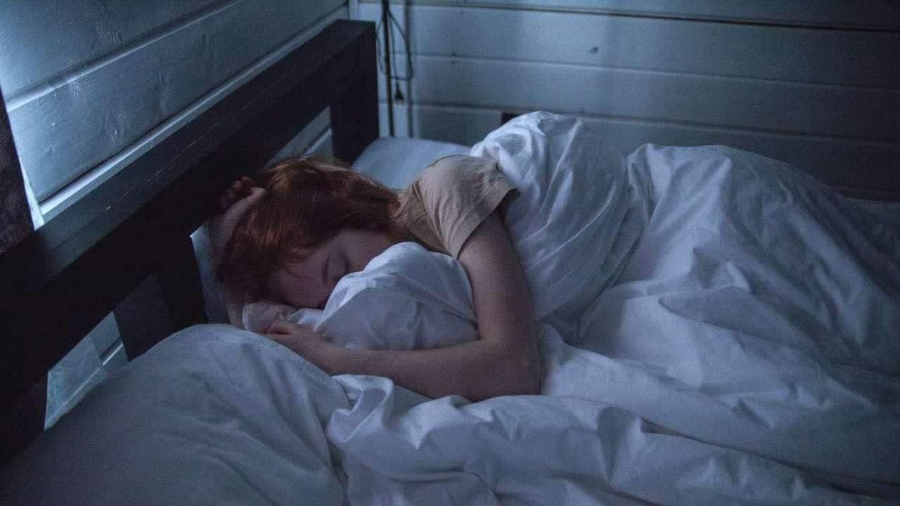 چرا همیشه خواب آلودهام و خمیازه میکشم؟