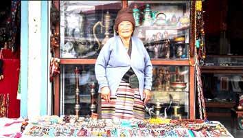 زن تبتی فروشنده صنایع دستی در کمپ آوارگان تبتی در شهر پکارا