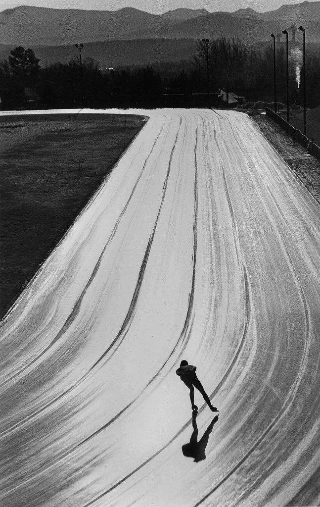 یک اسکیت باز سرعتی در دریاچه پلاسید (Placid) در نیویورک که مشغول تمرین است. عکاس: JOHN SANTORO