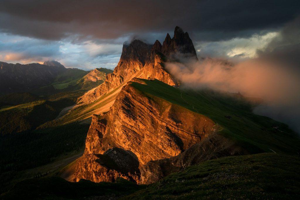 Seceda  یک قله فوقالعاده در رشته کوه دولومیت در شمال شرق ایتالیا است و عکاس سعی کرده است در زمان طوفان ناگهانی از آن تصویربرداری کند. عکاس:  TOMASZ PRZYCHODZIEŃ