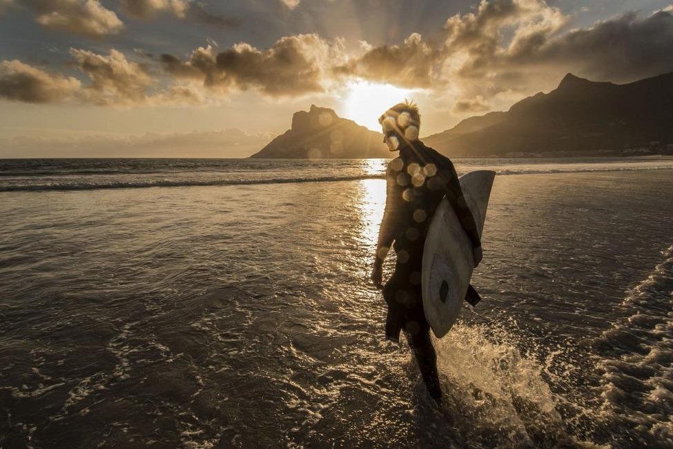 ساحل شهر کیپتاون در آفریقای جنوبی در زمان غروب آفتاب. اینجا یکی از بهترین مقاصد دنیا برای موج سواری است.