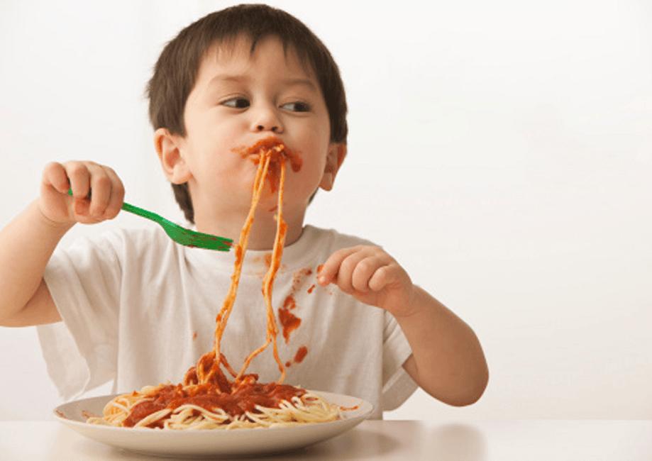از چه زمانی کودک میتواند خودش غذا بخورد؟