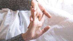 قولنج انگشتان و کمر را بشکنیم یا خیر؟ مزایا و معایب قولنج شکستن