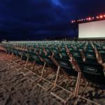 در حاشیه جشنواره کن، مردم فرانسه در پلاژ به تماشای فیلم مینشینند